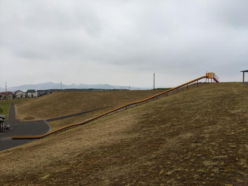 室蘭・八丁平南公園のロング滑り台全景