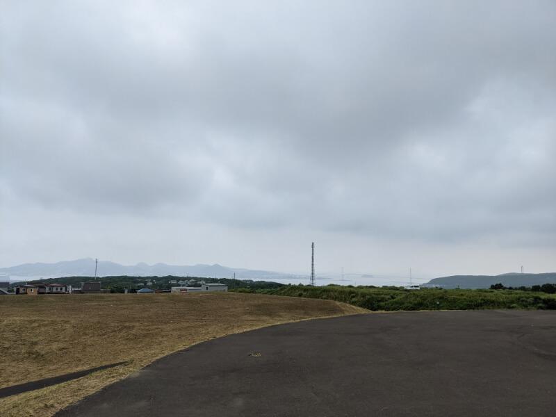 室蘭・八丁平南公園の丘の上から望む白鳥大橋