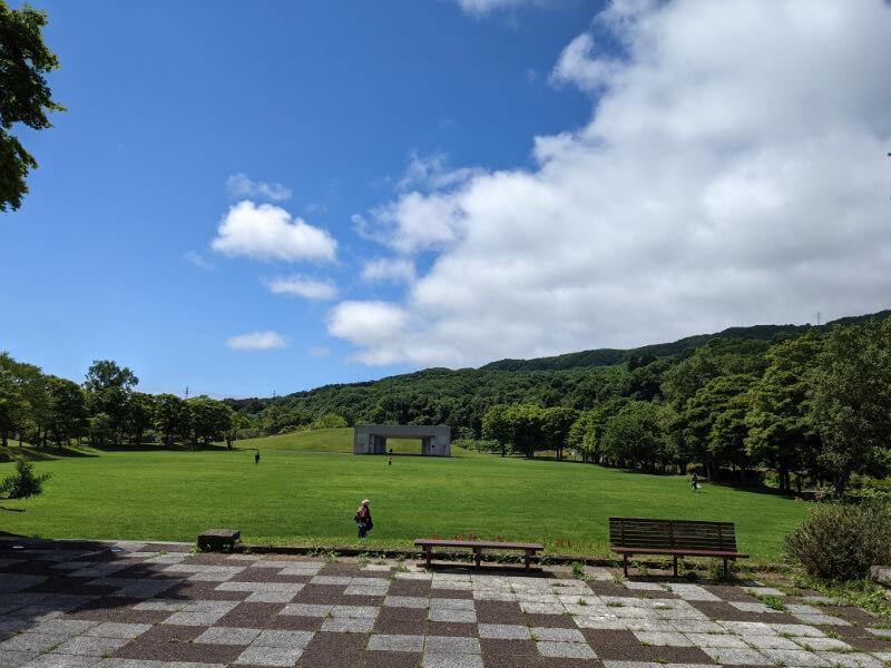 川上公園の広々とした芝生広場と野外ステージ