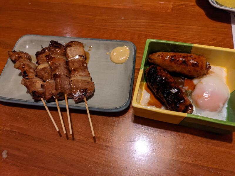 登別・居酒屋ろくもん銭の豚精肉(タレ)と温玉つくね