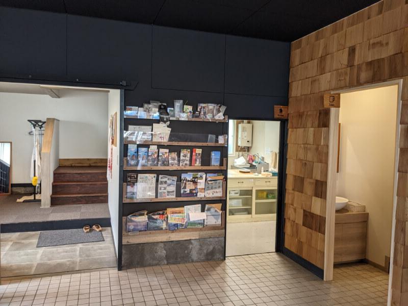 登別ゲストハウスAKA&AO(赤と青)の入口と店舗は一緒のフロア