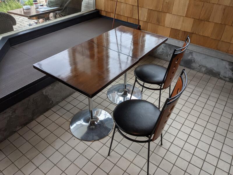 UNMIXed SOFT SERVE ICECREAMの半小上がりテーブル席