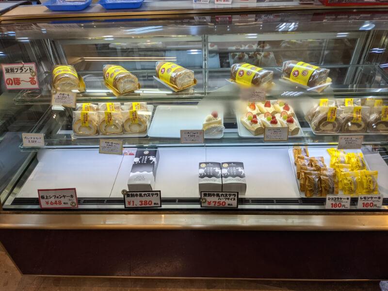 登別・銘菓本舗かめやアーニス店のケーキショーケース