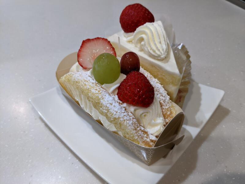 登別・銘菓本舗かめやアーニス店のいちごショートケーキとフルーツバナナオムレット